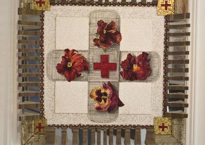 Red Cross : œuvre composée par l'artiste NALL pour le Gala de la Croix-rouge monégasque en août 2001. Procédé de Techniques mixtes , dimensions 80x80x8.5. Le fond du tableau en coquille d'œuf marque la pureté et l'abnégation de l'œuvre de la Croix-Rouge à travers le monde et la mosaïque en miroirs brisés les vies détruites de toutes les victimes