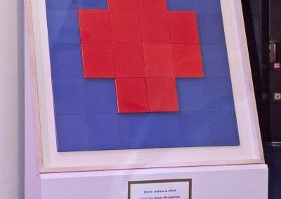 L'oeuvre d'art offerte à la Croix-Rouge Monégasque afin de soutenir son action humanitaire est signée cette année 2011 par Peter Wüthrich et s'intitule «Collection Mondo».
